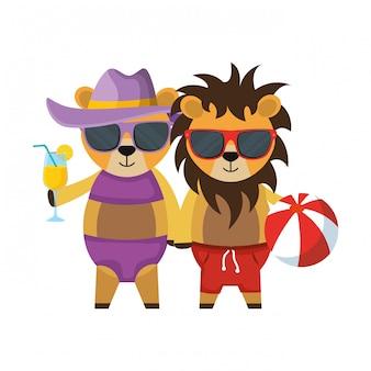 Couple de lions mignons avec jouet en plastique cocktail et ballon