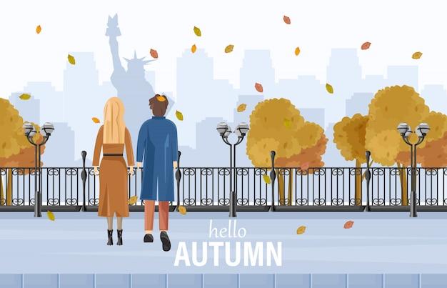 Couple marchant à new york en automne