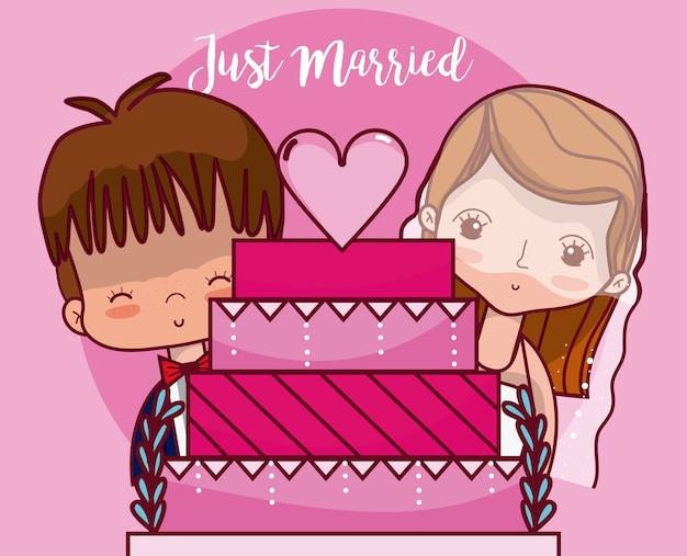 Couple de mariage avec un gâteau juste marié