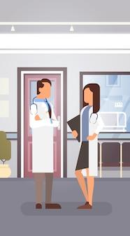 Couple médecins médecins équipe cliniques intérieur de l'hôpital