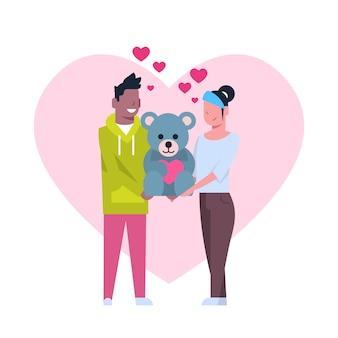 Couple mignon tenant un jouet d'ours en peluche, concept de vacances de saint valentin