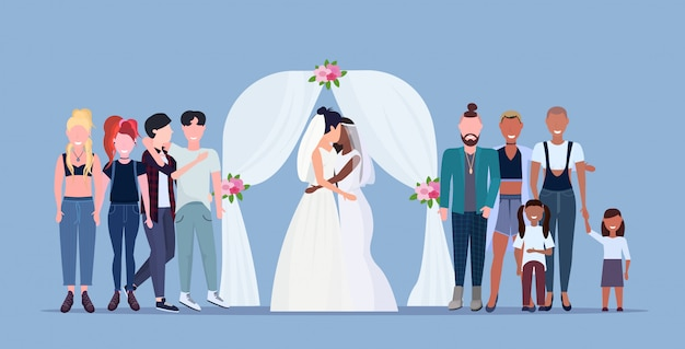 Couple, nouveaux mariés, lesbiennes, dans, robe blanche, debout, derrière, arc floral, même sexe, heureux, marié, famille homosexuelle, mariage, célébrer, concept, femme, dessin animé, caractères, pleine longueur, plat, horizontal