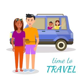 Couple de parents debout devant une voiture avec des enfants à l'intérieur