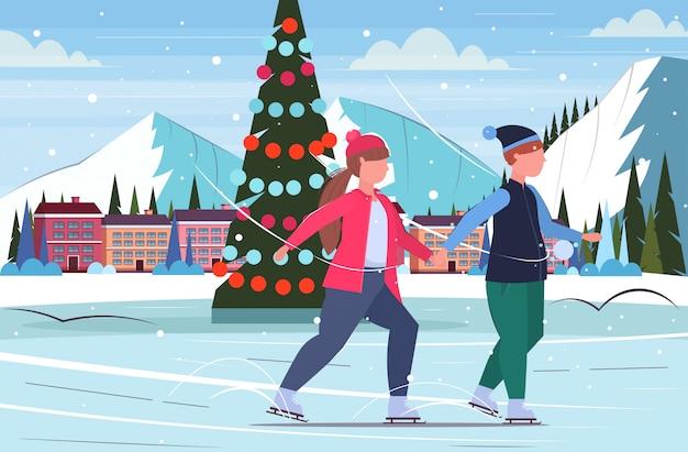 Couple, patinage, sur, patinoire, surpoids, homme femme, tenant mains, hiver, amusement, sport, activités, perte poids, arbre noël, paysage, fond, pleine longueur, plat, horizontal