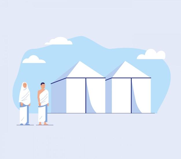 Couple pèlerinage devant la tente blanche