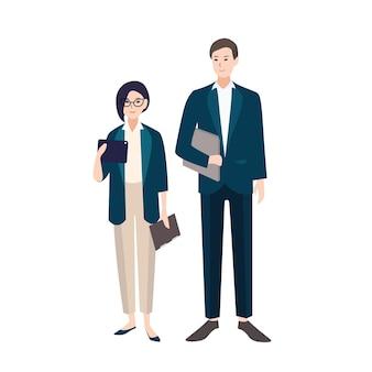Couple de personnes vêtues de vêtements de travail ou de costumes élégants. paire de commis ou employés de bureau masculins et féminins isolés. personnages de dessins animés colorés plats. illustration vectorielle.