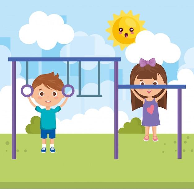 Couple de petits enfants dans les personnages du parc