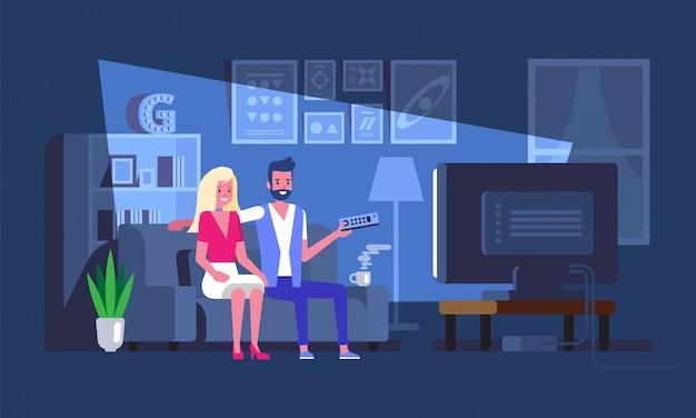 Couple regardant un film gai à la maison