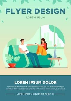 Couple romantique assis sur le canapé, parler et boire du café illustration vectorielle plane. modèle de flyer homme et femme vivant ensemble dans un appartement romance et amour