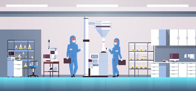 Couple De Scientifiques Travaillant Avec Panneau De Commande En Appuyant Sur Le Bouton De Démarrage Sur Une Machine Spéciale Vecteur Premium
