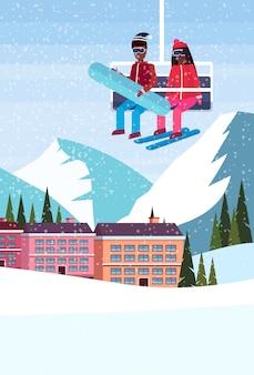 Couple sur le télésiège à l'hôtel de la station de ski