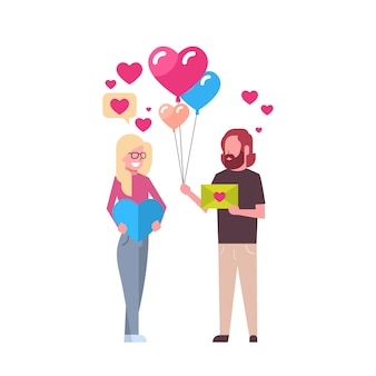Couple tenant des cadeaux et des ballons à air en forme de cœur isolé valentin concept de vacances