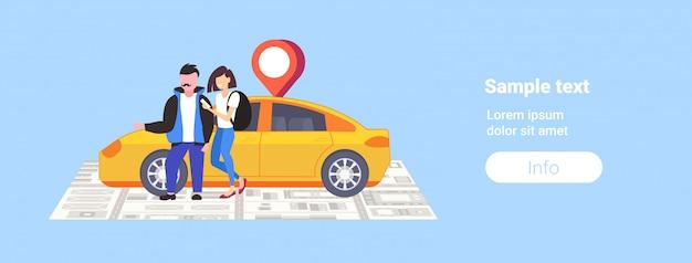 Couple, utilisation, smartphone, commande, taxi, mobile, navigation, application, à, emplacement, position gps, position, sur, carte ville, partage voiture, paysage urbain, vue dessus, angle, vue, pleine longueur, copie horizontale