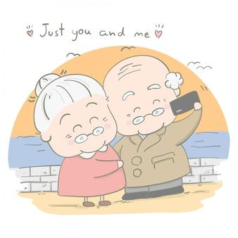 Les couples âgés prennent des photos ensemble en vacances