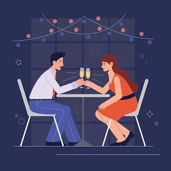Couples heureux ayant le dîner de noël romantique avec des verres de champagne