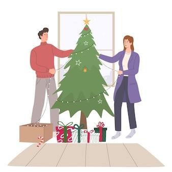 Couples heureux décorant l'arbre de noël à la maison ensemble
