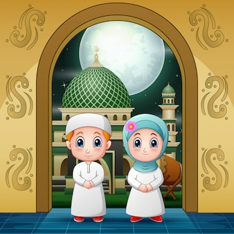 Couples musulmans entrant dans l'entrée de la mosquée pour y prier