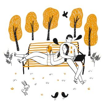 Les couples se détendent dans le parc en lisant et en utilisant des tablettes.