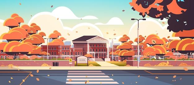 Cour avant vide de bâtiment d'école avec le fond de paysage urbain d'automne de passage pour piétons