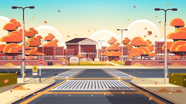 Cour avant vide de bâtiment d'école avec le fond de paysage urbain d'automne de passages pour piétons