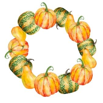 Couronne d'automne peinte à la main à l'aquarelle. cadre rond avec des citrouilles oranges, différentes formes.