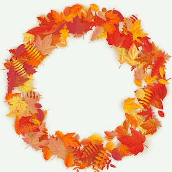 Couronne faite de fleurs et de feuilles d'automne sur fond clair. composition d'automne.