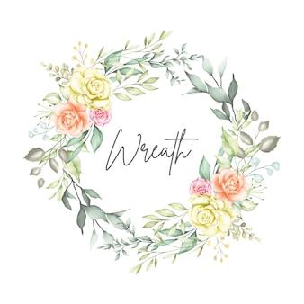 Couronne florale aquarelle avec des fleurs et des feuilles