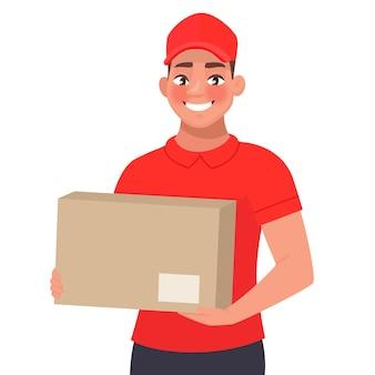 Courrier avec le colis. un livreur en uniforme rouge tient une boîte en carton dans ses mains.