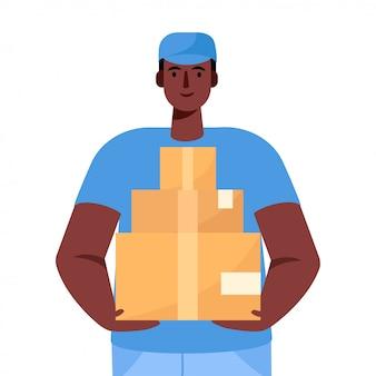 Courrier avec le colis. un livreur en uniforme tient une boîte en carton dans ses mains