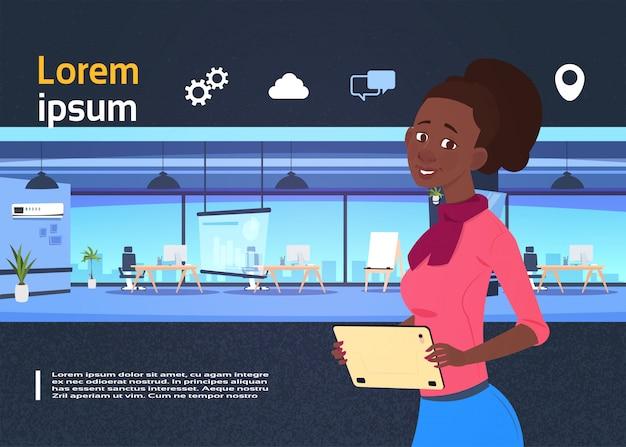 Coworking présentation de l'espace avec une femme d'affaires