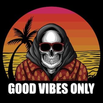 Crâne avec lunettes de soleil et vêtements d'été avec fond de plage au coucher du soleil et bonnes vibrations uniquement en lettrage
