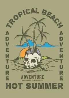 Crâne sur la plage de palmiers de l'île tropicale d'été