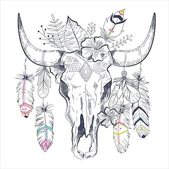Crâne de taureau mexicain avec des plumes sur les cornes