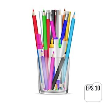 Crayons de couleur et crayons feutre dans un verre