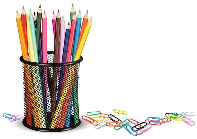 Crayons dans un pot et des trombones colorés sur fond blanc