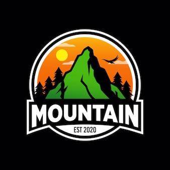 Création de logo d'aventure en montagne