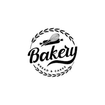 Création de logo de boulangerie d'insigne d'emblème d'étiquette avec fouet à ballon à rouleau à pâtisserie et blé circulaire