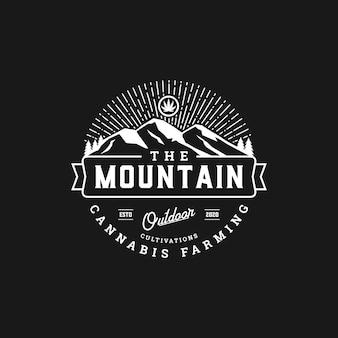 Création de logo de culture en plein air de cannabis de montagne d'insigne rustique
