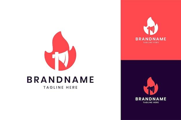 Création de logo d'espace négatif de hache d'incendie