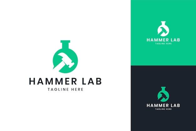 Création de logo d'espace négatif de laboratoire de marteau
