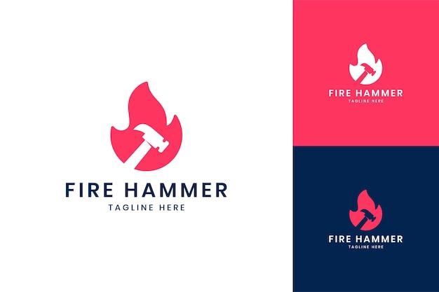 Création de logo d'espace négatif de marteau de feu