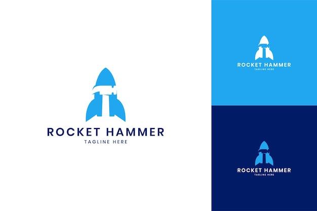 Création de logo d'espace négatif de marteau de fusée