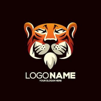 Création de logo de mascotte de tigre isolé sur marron