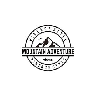 Création de logo de silhouette rétro vintage insigne aventure en montagne