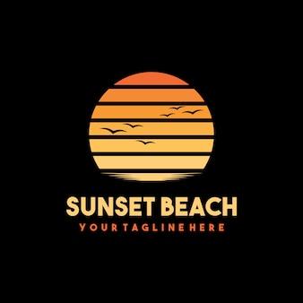 Création de logo et t-shirt de plage créative au coucher du soleil