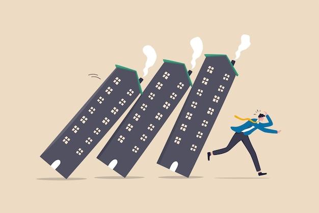 Crise de la dette immobilière ou immobilière provoquant un effet domino, concept de chute des actifs immobiliers et boursiers ou d'investissement, investisseur d'homme d'affaires panique fuyant le domino du logement qui s'effondre.