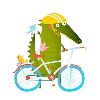 Crocodile drôle de dessin animé vert dans le casque avec des amis vélo et oiseaux