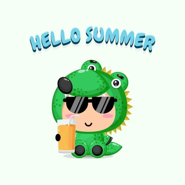 Le crocodile mignon apporte du jus avec des salutations d'été