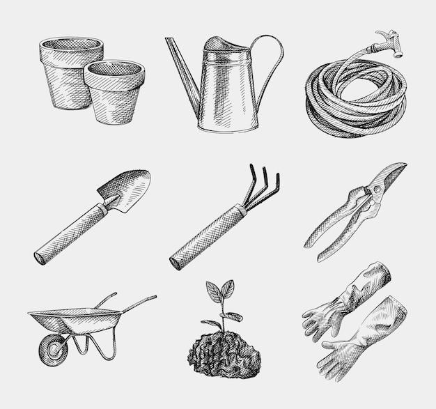 Croquis dessiné à la main des outils et équipements de jardinage. sécateurs, arrosoir, tuyau; pelle à creuser; fourche à creuser; brouettes; plante avec des feuilles poussant dans le sol