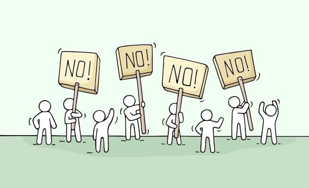 Croquis de foule peu de gens. doodle scène miniature mignonne de travailleurs avec des transparents de protestation